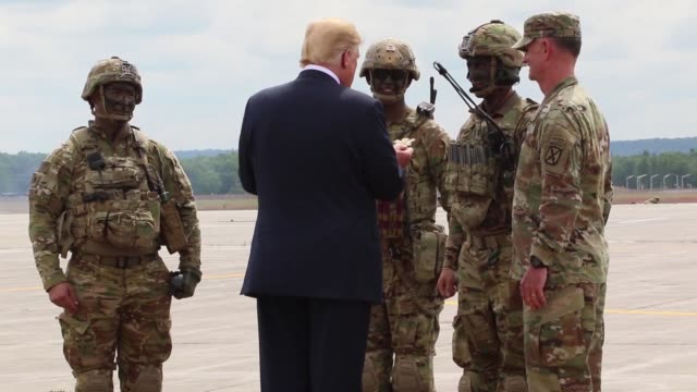 vídeos de stock e filmes b-roll de donald j trump receives an air assault and gun raid demonstration and howitzer slingload operation by 10th combat aviation brigade and infantry and... - infantaria