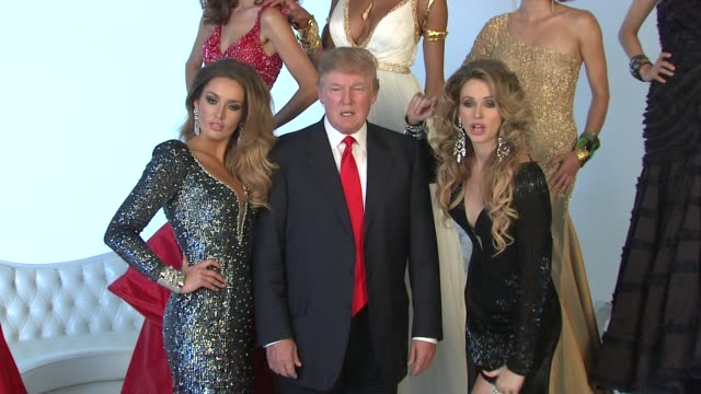 vídeos de stock, filmes e b-roll de donald trump and former miss universe beauty queens at the donald trump poses with former miss universe beauty queens for iconic photoshoot with... - beauty queen