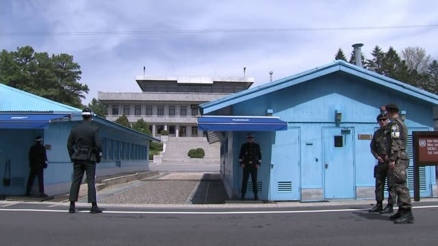 stockvideo's en b-roll-footage met donald trump and kin jongun to meet at summit t20041739 / panmunjom ext soldiers outside blue buildings at military demarcation line south korean... - korea