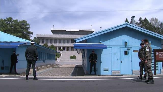 donald trump and kin jong-un to meet at summit; t20041739 / north korea -south korea border: panmunjom: ext soldiers outside blue buildings at... - 朝鮮半島点の映像素材/bロール