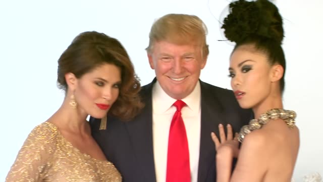 vídeos de stock, filmes e b-roll de donald trump at the donald trump poses with former miss universe beauty queens - beauty queen