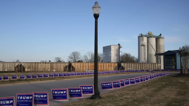 stockvideo's en b-roll-footage met donald trump campaign banners and flags hang outside a town hall event at the broad river electric cooperative in gaffney south carolina us on... - presidentsverkiezing