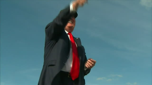 vidéos et rushes de donald trump greeting supporters at a campaign rally in florida - pupitre