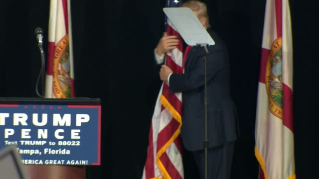 vidéos et rushes de donald trump hugging the american flag and speaking to supporters at a campaign rally in florida - discours