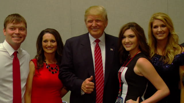 vidéos et rushes de donald trump meets and greet fans. take pictures with supporters. 1080p hd. - press conference