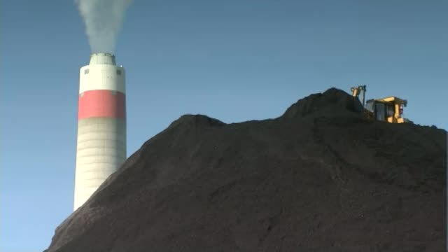 stockvideo's en b-roll-footage met donald trump names climate change sceptic to run environmental protection agency west virginia ext coal heap and smoking chimney in background with... - mileubeschermingorganisatie