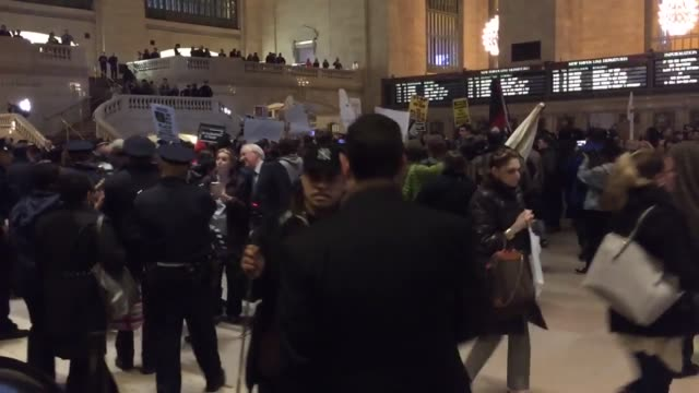 donald trump protest videos include the symbolic hanging of a donald trump piñata, protesters storming the terminal at grand central station, and... - papier 個影片檔及 b 捲影像