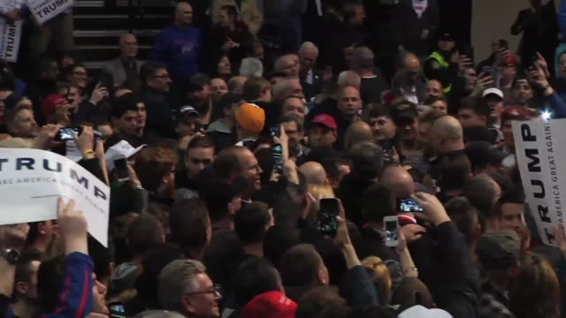 vídeos de stock, filmes e b-roll de donald trump speaks about bernie sanders and hillary clinton onstage in albany ny a supporter holds up a sign that says women 4 trump and trump is... - eleição primária