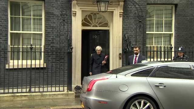 donald trump state visit row dominates pmqs; donald trump state visit row dominates pmqs; england: london: downing street: ext theresa may mp from... - domande al primo ministro video stock e b–roll