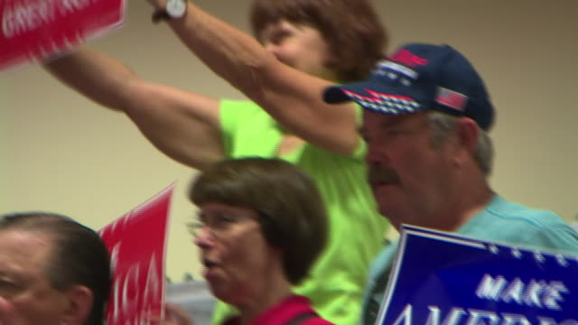 stockvideo's en b-roll-footage met donald trump supporters at a rally in wisconsin - republikeinse partij vs