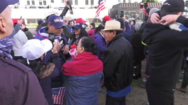 """vidéos et rushes de donald trump supporters confront a news crew during a """"stop the steal"""" rally on november 7, 2020 in beverly hills. protesters gathered in beverly... - confrontation"""