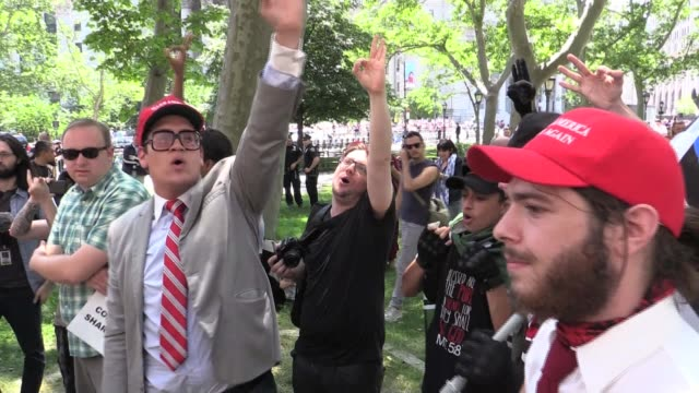 vídeos de stock e filmes b-roll de donald trump supporters members of the neo nazi act which southern poverty law center calls the largest grass roots hate group rally in foley square... - comício político