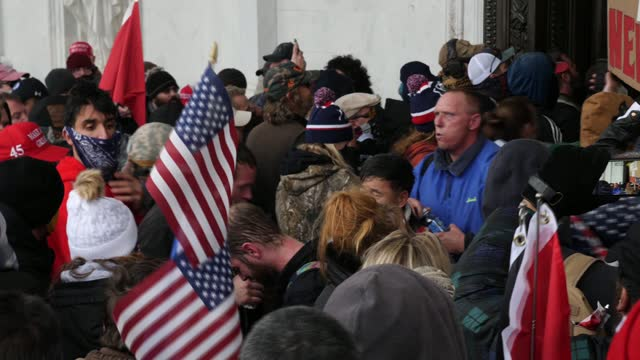 vidéos et rushes de donald trump supporters storm the united states capitol building; usa: washington dc: capitol building:intgv trump supporters forcing their way... - le capitole