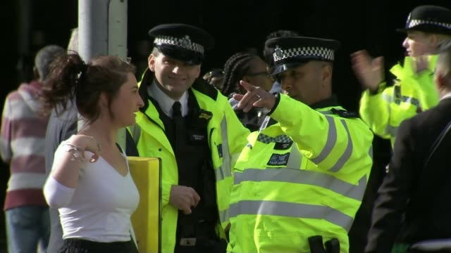 donald trump tweet links rise in uk crime to islamic terrorism lib police officers on street as one gives directions to woman police officers... - 礼拝点の映像素材/bロール