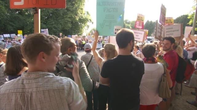 vídeos de stock, filmes e b-roll de donald trump uk visit: anti-trump protests outside bleinheim palace; england: oxfordshire: blenheim palace: ext anti trump protesters on the road... - oxfordshire