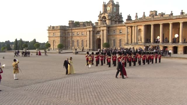 vídeos y material grabado en eventos de stock de arrival in britain following nato summit uk oxfordshire us president donald trump arrives at blenheim palace for black tie dinner hosted by theresa... - palacio de blenheim