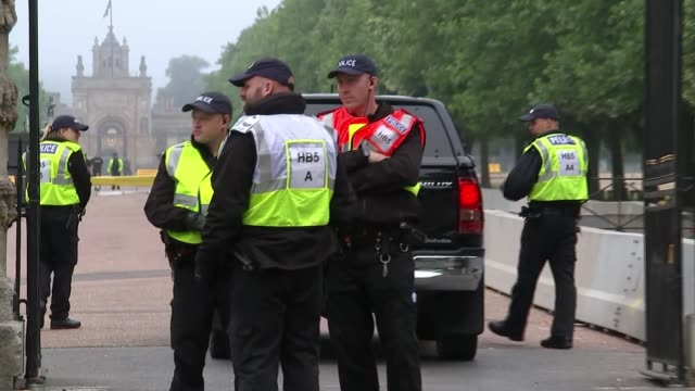 blenheim protests and police security england oxfordshire blenheim ext various of police security at entrance to blenheim palace - oxfordshire video stock e b–roll