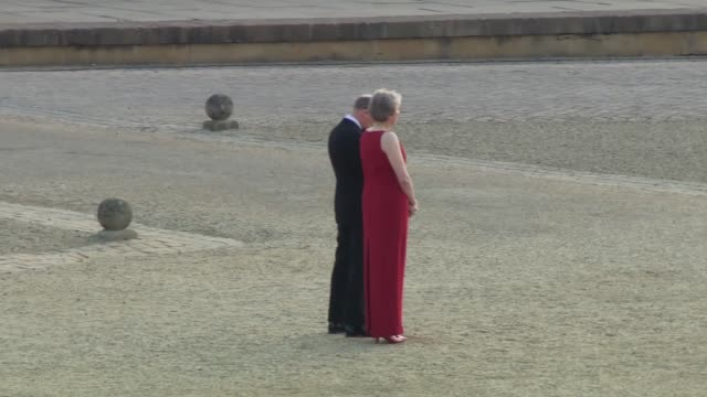vídeos y material grabado en eventos de stock de donald trump and melania trump arriving at blenheim palace england oxfordshire blenheim palace ext band of the scots guards in courtyard / theresa... - palacio de blenheim
