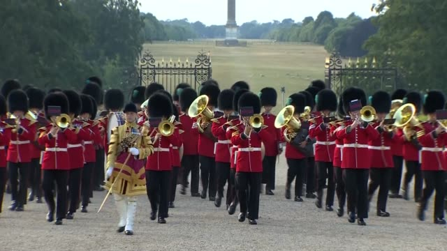vídeos y material grabado en eventos de stock de trump arrival at blenheim palace england oxfordshire blenheim palace ext band of the scots guards playing in palace courtyard natsot / guests... - palacio de blenheim