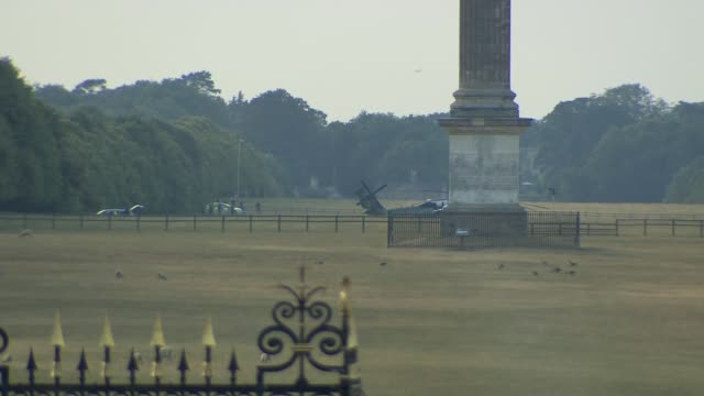 vídeos y material grabado en eventos de stock de trump arrival at blenheim palace england oxfordshire blenheim palace ext band of scots guards and guests waiting / long shot of marine one helicopter... - palacio de blenheim