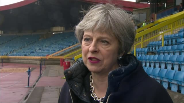 vidéos et rushes de donald trump warns russia to 'get ready' for missile strikes in syria; england: birmingham: ext theresa may mp interview sot - [re recent suspected... - atteindre