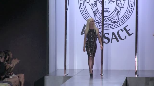 stockvideo's en b-roll-footage met donatella versace final salute at versace haute couture in paris at the ritz palace donatella versace haute couture runway on july 02 2012 in paris... - versace modelabel