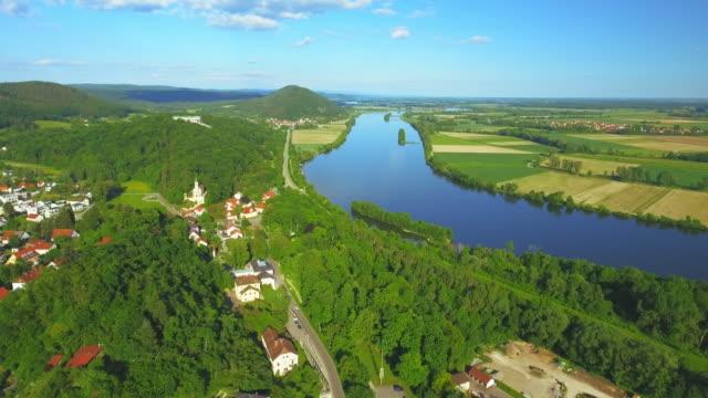 Donaustauf stad en Walhalla Memorial boven de rivier de Donau