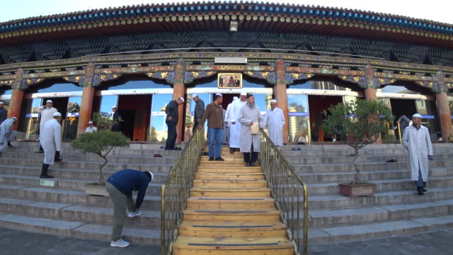 dongguan great mosque one of the four largest mosques and the highest institute of islam in northwest china everyday there are hundreds of people... - minoranza video stock e b–roll