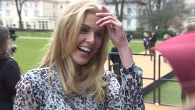 vídeos de stock, filmes e b-roll de interview donna air on london fashion week british talent oscar dresses at burberry prorsum a/w 2015 at kensington gardens on february 23 2015 in... - semana da moda de londres