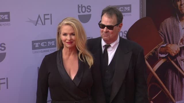vídeos de stock, filmes e b-roll de donna dixon and dan aykroyd at the american film institute's 43rd life achievement award gala tribute to steve martin at dolby theatre on june 04... - american film institute