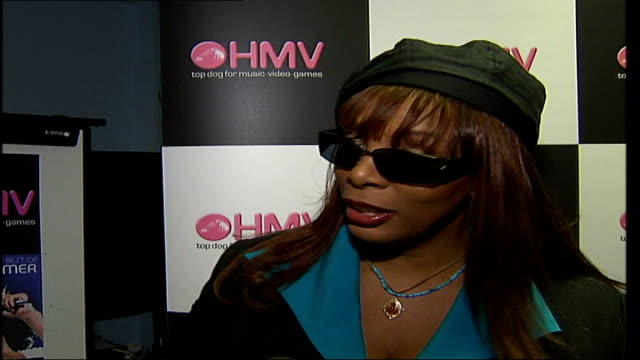 vidéos et rushes de greatest hits released; itn england: london: hmv: int donna summer interview wearing sunglasses and hat sot - i've hooked up with elton john while... - couvre chef