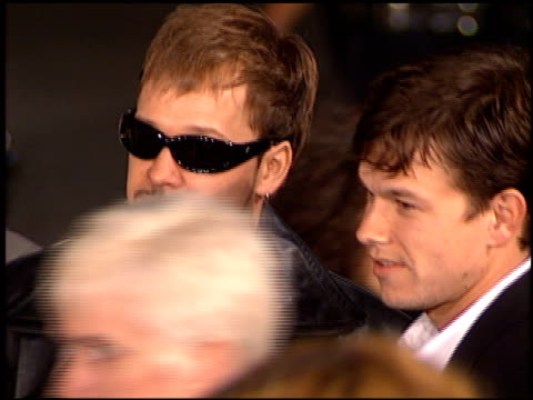 vidéos et rushes de donnie wahlberg at the 'ransom' premiere on november 1, 1996. - 1996