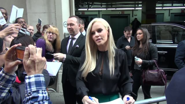donnie wahlberg & jenny mccarthy promoting 'donnie loves jenny' leaving aol signs for fans in celebrity sightings in new york, - ジェニー・マッカーシー点の映像素材/bロール