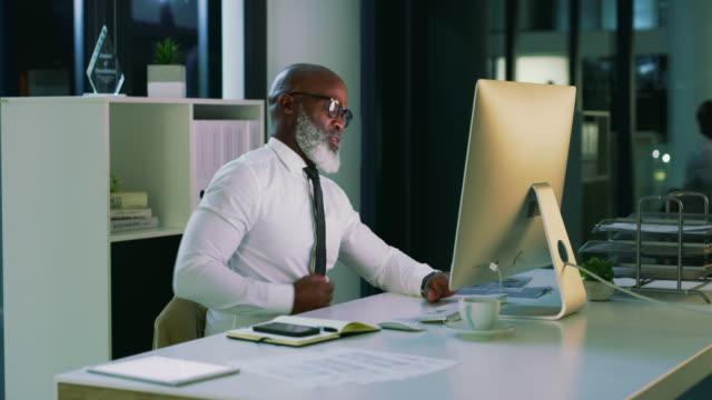 vídeos de stock e filmes b-roll de don't break your back trying to achieve success - dor de costas