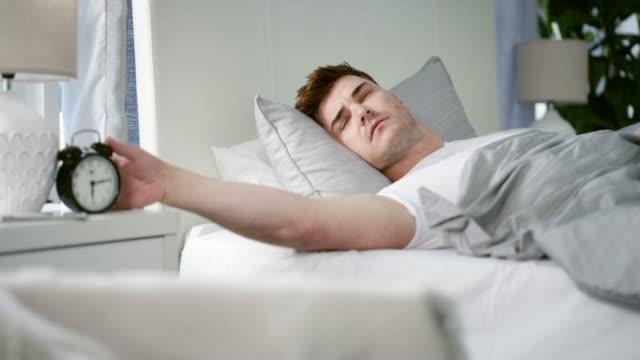 non mi sento come se dormii! - emozione negativa video stock e b–roll