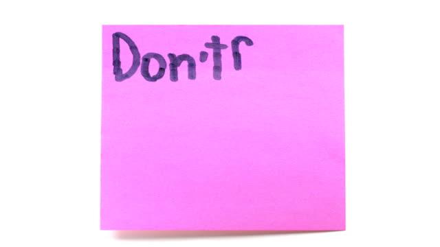 hd: vergessen sie nicht, kleidung waschen. - gedächtnisstütze stock-videos und b-roll-filmmaterial