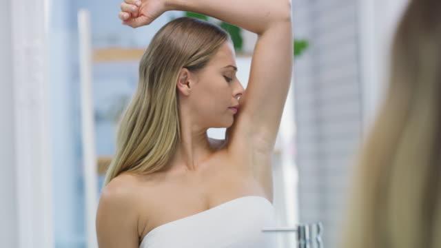 vídeos de stock, filmes e b-roll de não se esqueça do desodorante! - cheirar