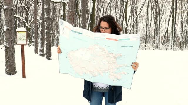 vidéos et rushes de ne partez pas en voyage sur la route sans carte - manteau et blouson d'hiver