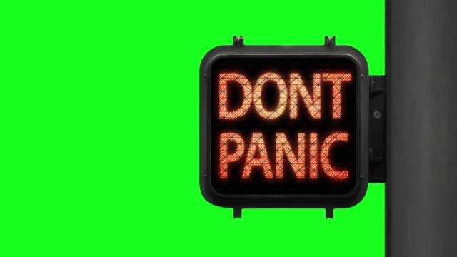 vídeos y material grabado en eventos de stock de no te asustes. manténgase seguro: cuna clave de green walk signal con una frase esperanzadora con pantalla verde en el fondo - luz verde semáforo