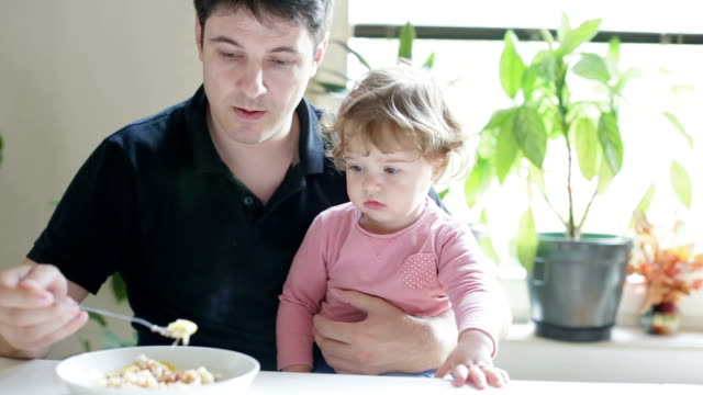 ich möchte mich nicht zu essen! - füttern stock-videos und b-roll-filmmaterial