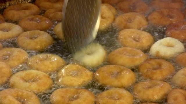 stockvideo's en b-roll-footage met donut - turks fruit
