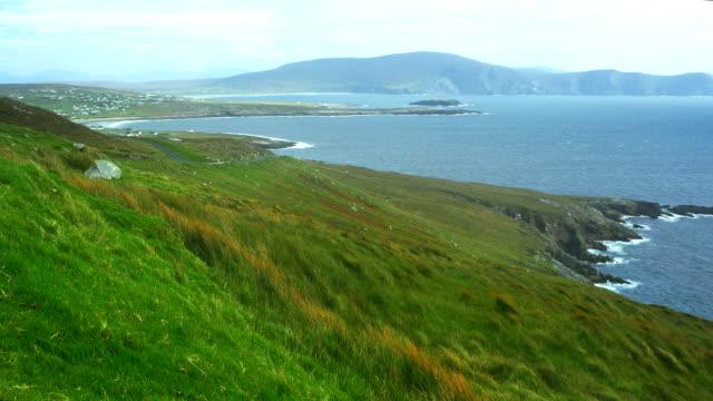 dooagh küste und dooega kopf auf achill island - kiel rumpf stock-videos und b-roll-filmmaterial