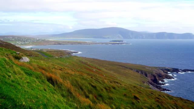 dooagh の海岸線、アキル島の dooega ヘッド - 波打ち際点の映像素材/bロール