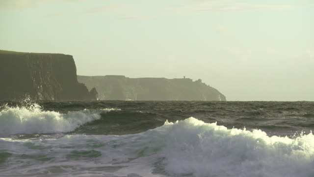 vídeos de stock e filmes b-roll de doolin coastline and cliffs of moher - terreno inóspito