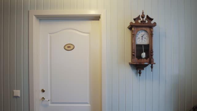 vídeos de stock, filmes e b-roll de door and clock - número