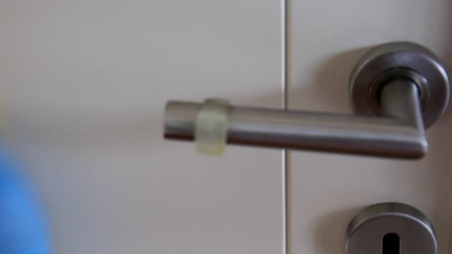 vídeos de stock e filmes b-roll de door handle disinfecting - pano de protecção