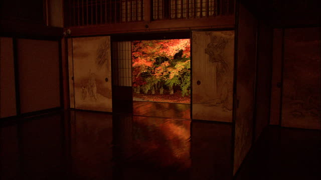 a door inside a japanese temple offers a beautiful view of an autumn garden. jisso-in temple - 建物入口点の映像素材/bロール