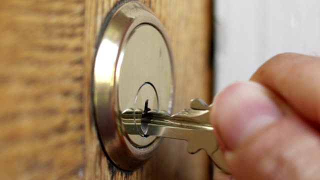 vídeos de stock e filmes b-roll de door lock & key - casa