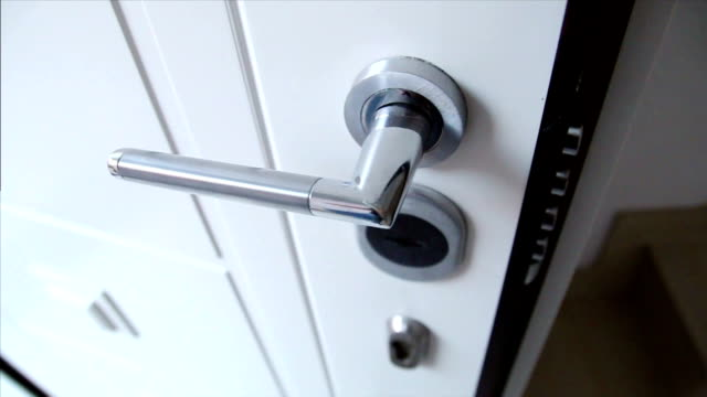 stockvideo's en b-roll-footage met deurslot met trek bilts - knippen