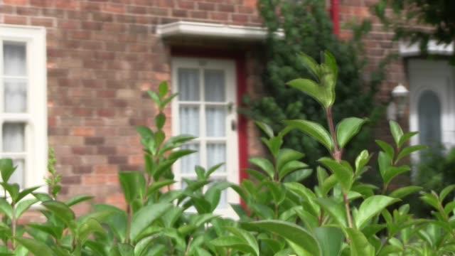 door of paul mccartney house, 20 forthlin road,liverpool, where he lived from 1955 till 1965 and wrote his first songs with john lennon. shot on... - låtskrivare bildbanksvideor och videomaterial från bakom kulisserna